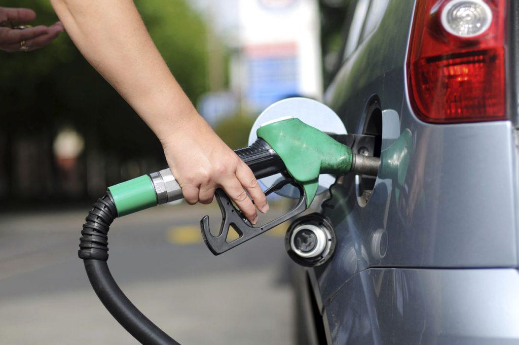 Preços da gasolina e do diesel diminuem hoje nas refinarias